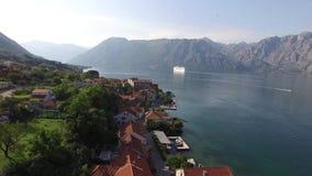 Stort kryssningskepp i fjärden av Kotor i Montenegro Beskåda det från lager videofilmer