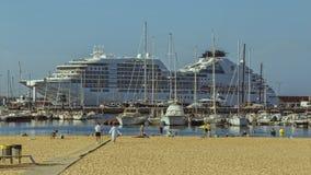 Stort kryssningskepp i hamnen Palamos i Spanien Royaltyfria Bilder