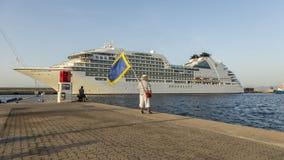Stort kryssningskepp i hamnen Palamos i Spanien Royaltyfria Foton