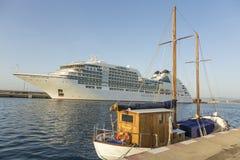 Stort kryssningskepp i hamnen Palamos i Spanien, Seabourn extranummer från Royaltyfria Foton