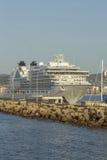 Stort kryssningskepp i hamnen Palamos i Spanien, Seabourn extranummer från Arkivfoto