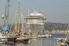 Stort kryssningskepp i hamnen Palamos i Spanien, Seabourn extranummer från Royaltyfri Foto
