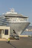 Stort kryssningskepp i hamnen Palamos i Spanien, Seabourn extranummer från Arkivfoton