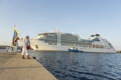 Stort kryssningskepp i hamnen Palamos i Spanien, Seabourn extranummer från Royaltyfri Bild