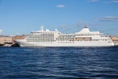 Stort kryssningskepp på förtöja på den Neva floden i St Petersburg Arkivbild