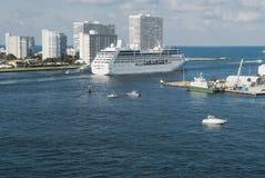 Stort kryssningskepp som lämnar Fort Lauderdale för hem- port Royaltyfri Bild