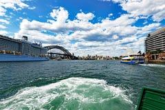 Stort kryssningskepp, Sydney Harbour, Australien royaltyfri bild