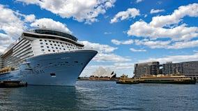 Stort kryssningskepp, Sydney Harbour, Australien fotografering för bildbyråer