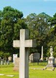 Stort kyrkogårdkors Arkivbild
