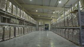 stort lager för möblemang Mezzanine som bordlägger med stora packar av mat som är klara för utskick Lagergrosshandlare arkivfilmer