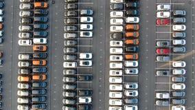 Stort lagringsområde av olika färgade bilar stock video