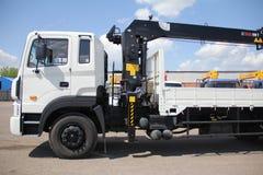Stort lastbilkrananseende på en konstruktionsplats - Ryssland, Krim - Augusti 14, 2016 Royaltyfri Bild