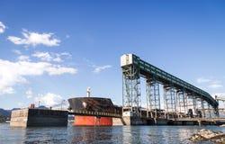 Stort lastfartyg som posteras på en kornterminal i Vancouver arkivfoto
