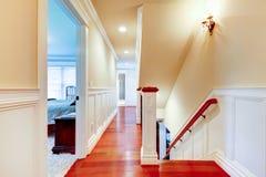 Stort ljust hall med körsbärsrött ädelträ och trappuppgången. royaltyfria foton