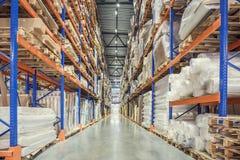 Stort logistikhangarlager med lotthyllor eller kuggar med paletter av gods Industriell sändnings- och lastleverans royaltyfri fotografi