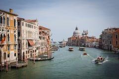 stort Lutande-förskjutning landskap av kanalen och honnören, Venedig royaltyfria foton