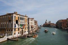 stort Lutande-förskjutning landskap av kanalen och honnören, Venedig royaltyfria bilder