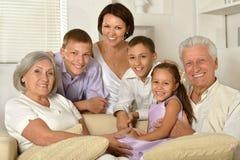 Stort lyckligt familjsammanträde royaltyfria bilder