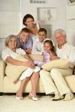 Stort lyckligt familjsammanträde arkivbild