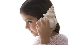 stort lyssna för flicka little havsskal till royaltyfri bild