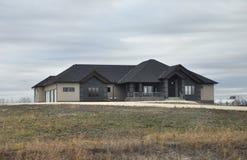 Stort lyxigt hus i molnigt väder Royaltyfri Foto