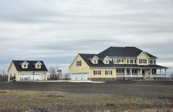 Stort lyxigt hus och garage Royaltyfria Foton