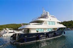 Stort mörker - blå lyxig yacht i marina Fotografering för Bildbyråer