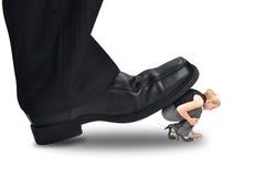 Stort maktframstickande Stepping på liten anställd arkivbild