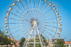 Stort metallhjul som installeras i hamnen Royaltyfri Fotografi