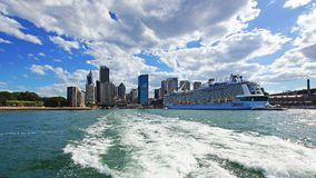 Stort modernt kryssningskepp, rund kaj, Sydney, Australien arkivbild