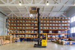 Stort modernt LADA--IMAGElager med gaffeltruckar för lagringsmedelreservdelar arkivfoto