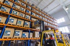 Stort modernt LADA--IMAGElager med gaffeltruckar för lagringsmedelreservdelar royaltyfri foto