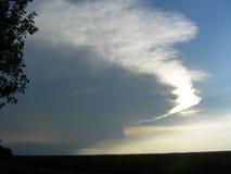 Stort moln nära horisonten på skymning Arkivbild