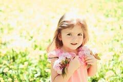 Stort n?je Sommarflickamode lycklig barndom V?r framsida och skincare f?r v?derprognos allergi till arkivbilder