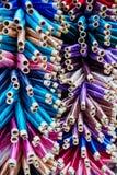 Stort nummer avtrådar målade i olika färger och skuggor I arkivbild