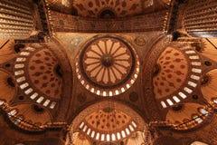 Stort och härligt tak inom moskén royaltyfri fotografi