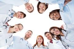 Stort olikt multietniskt medicinskt lag Arkivbild