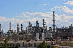 Stort oljeraffinaderi på Sunny Day Royaltyfria Bilder