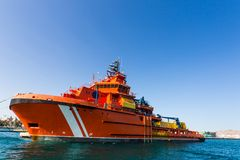 Stort orange räddningsaktionskepp i hamnstaden Arkivfoton
