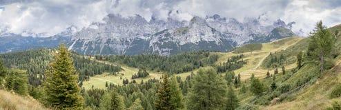 Stort panorama- berglandskap i sommar arkivbilder