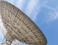 stort paraboliskt för antenn arkivbild