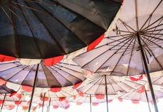 Stort paraply på stranden Royaltyfri Bild