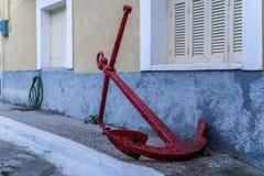 Stort rött ankare på trottoar Royaltyfria Bilder