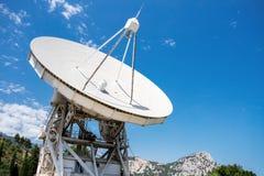 Stort radioteleskop som är fjällnära på dagen Royaltyfri Bild