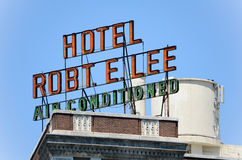 Stort Retro neontecken med hotellet Robt E Lee Air Conditioned Arkivbild