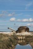 Stort salt berg för rent hav i en saltdam i Sardinia och blå himmel Royaltyfria Foton