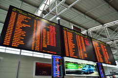 Stort schema på Prague den internationella flygplatsen Arkivfoton