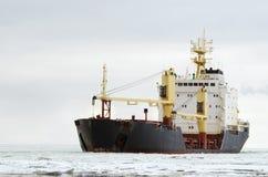 Stort skepp i havet Arkivbild