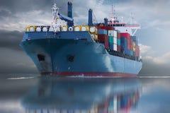 Stort skepp med exporten för import för behållareleveransgods Royaltyfri Fotografi