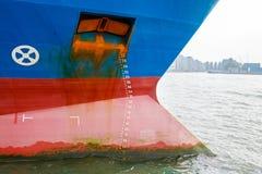 Stort skepp med utkastskalan Arkivbild